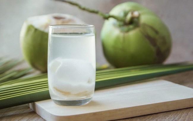 Không nên uống nước dừa vào những thời điểm này để tránh hệ lụy với sức khỏe  - Ảnh 1.