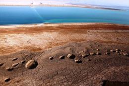 Giải mã hiện tượng hàng ngàn hố sụt xuất hiện quanh Biển Chết